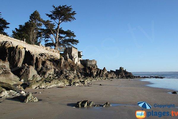 Rochers de schiste sur la plage du port de Locquirec