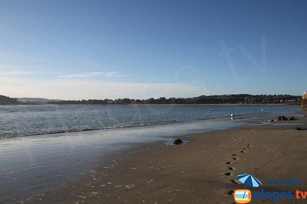 Vue sur Plestin les Grèves depuis la plage du port - Locquirec