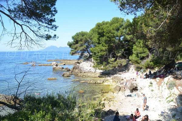 Cove with rocks to the west of Ile de Lérins