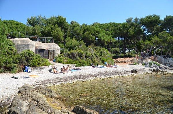 Blockhaus sur la plage du Dragon sur l'ile de Sainte Marguerite