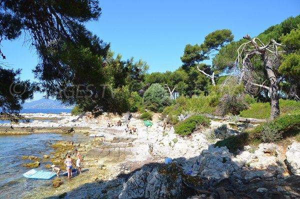 Creeks and rocks near the tip of the Dragon on the Lérins Islands