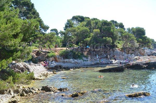 Plage de galets avec des rochers sur l'ile de Lérins - Pointe du Dragon