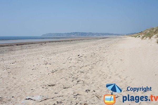 Plage des Dunes de St Georges de la Rivière avec vue sur le Cap de Carteret