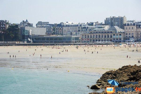 Front de mer de Dinard vue depuis la plage de l'écluse