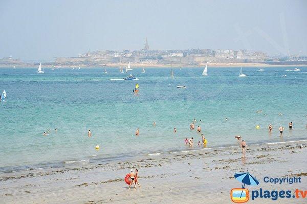 Vue sur Saint Malo depuis la plage de l'écluse
