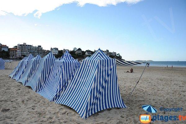 Tentes rayées sur la plage de Dinard