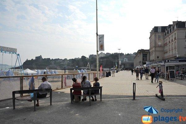 Promenade piétonne le long de la plage du centre ville de Dinard