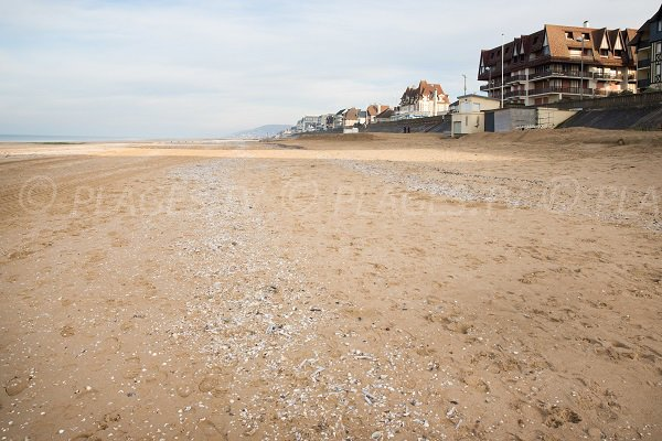 Immeubles le long de la plage du club de voile - Cabourg