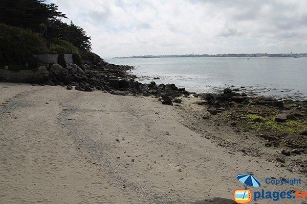 Rochers sur la plage à côté de l'embarcadère sur Batz