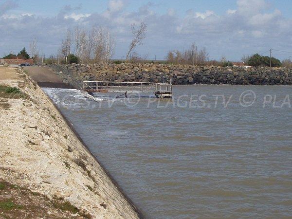 Grande Jetée d'Aiguillon sur Mer avec mise à l'eau pour les bateaux