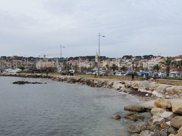 Plage dans le centre ville de Sanary sur mer à côté du port