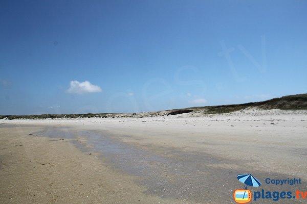 Plage bordée par des dunes sur l'ile d'Aganton