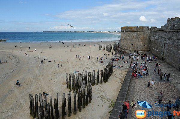 pedestrian promenade  along Eventail beach - St Malo