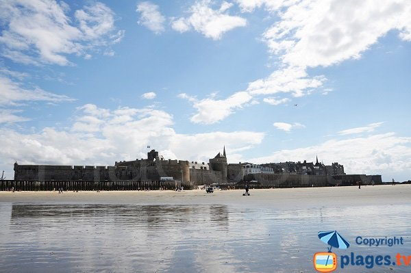 Old city of Saint-Malo from the Eventail beach - Brittany