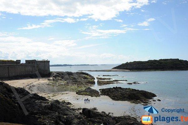Crique à côté des remparts de St Malo