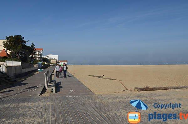 Promenade le long de la plage d'Eyrac à Arcachon