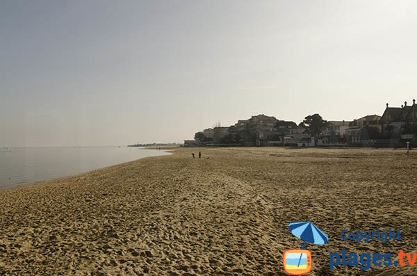 Plage d'Eyrac vue depuis la jetée en direction du port - Arcachon