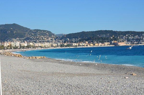 Vue sur la baie de Nice depuis la plage du Fabron