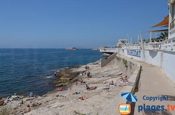 Promenade le long de des rochers de la Fausse Monnaie à Marseille