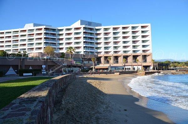 Casino de Mandelieu et plage de sable