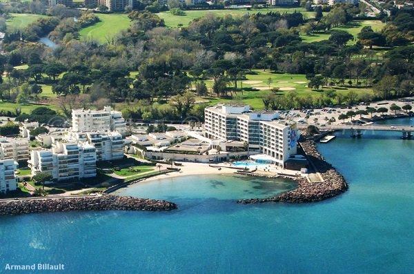 Photo aérienne de la plage à côté du casino de Mandelieu