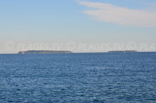 Vue sur les îles de Lérins depuis la plage Fon Marina