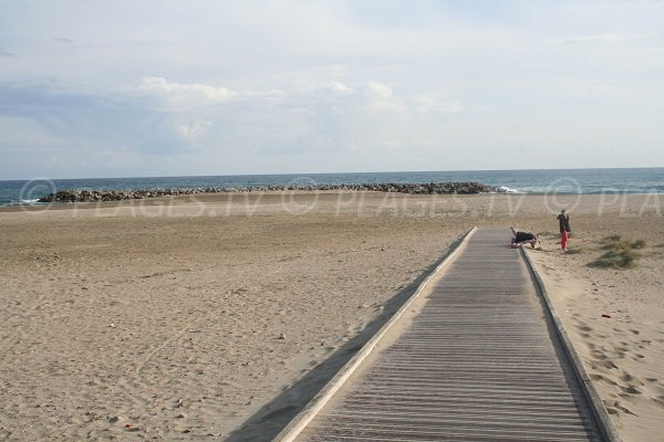 Access to Fontaine beach in Sète for disable people
