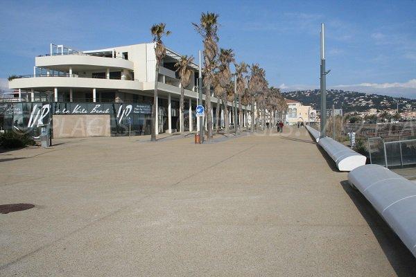 Promenade piétonne le long de la plage de la Fontaine à Sète