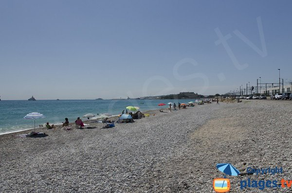 Photo of Fontonne beach in Antibes avec view on Fort Carré