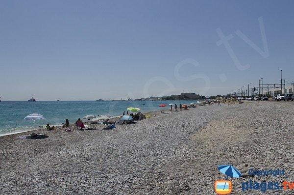 Photo de la plage de la Fontonne à Antibes avec vue sur le Fort Carré