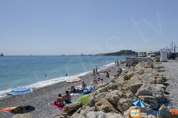 Sud de la plage de la Fontonne avec enrochements