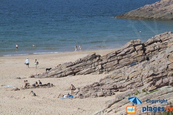 Côté droit de la plage de la Fosse
