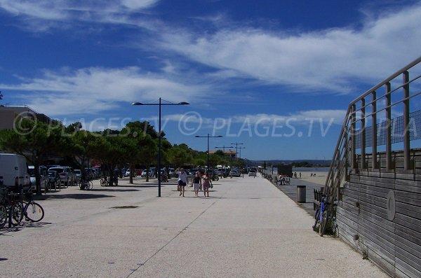 Promenade le long de la plage du Franqui à Leucate