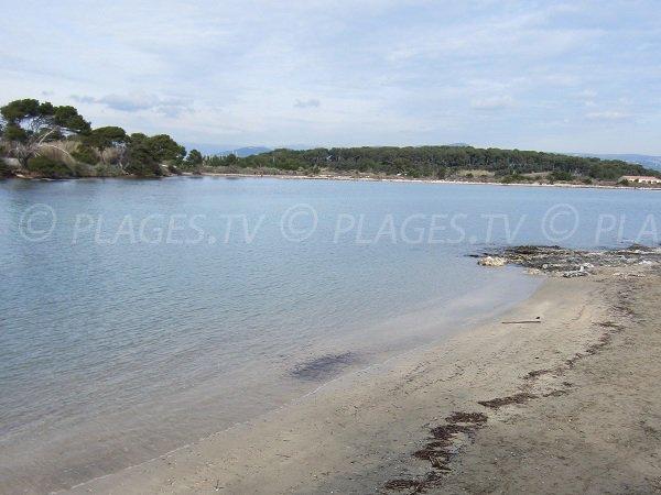 Plage publique sur l'ile du Gaou dans le Var