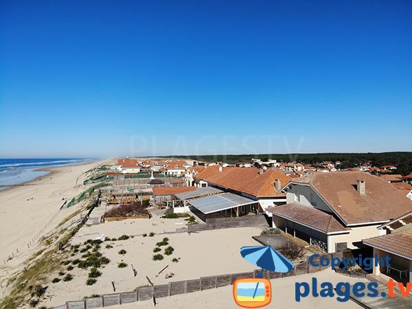 Maisons sur la dune de la plage de Mimizan dans le centre ville