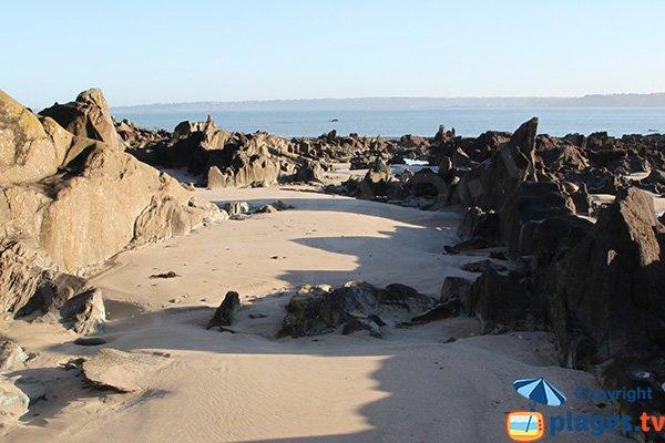 Rochers entre les bancs de sable de la plage de la pointe de Locquirec