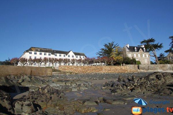 Photo de la plage de Garreg Kouezet avec l'hôtel des Bains de Locquirec
