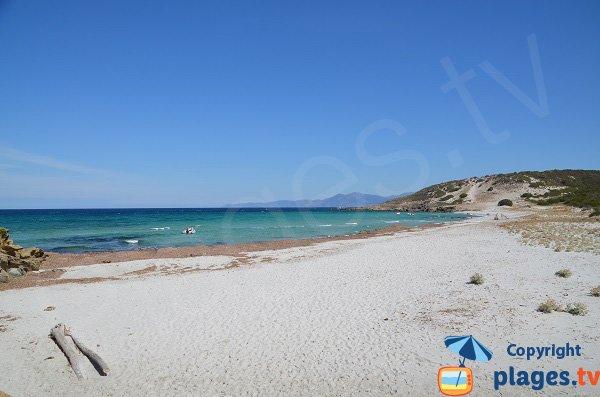 Plage paradisiaque en Corse dans le désert des Agriates