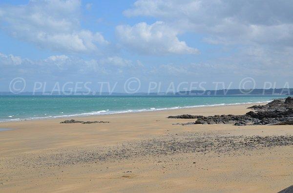 Vue sur les côtes bretonnes depuis la plage des Godelins