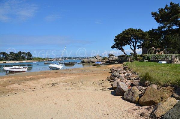 Bateau sur la plage des Goélands à Trégastel