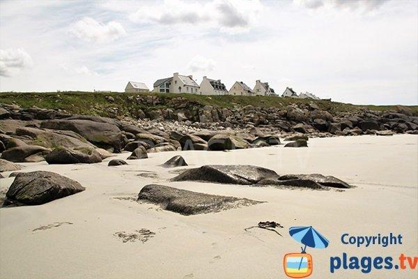 Maisons autour de la plage du Gouérou à Lampaul Plouarzel
