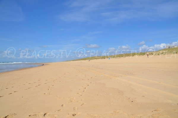 Dunes et poste de secours de la plage du Grand Crohot à lège Cap Ferret