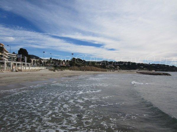 Promenade le long de la plage du Grand Vallat à Bandol