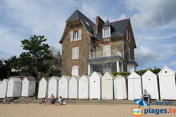 Belles maisons sur la plage de la Salinette