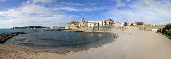 Plage de la Gravette avec le vieil Antibes