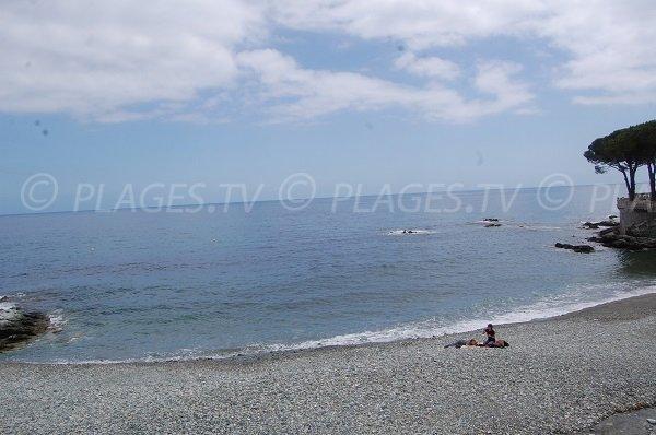 Plage de galets à 3 km au nord de Bastia