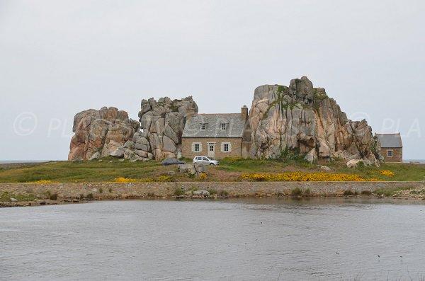 Petite maison de Plougrescant coincée entre deux rochers