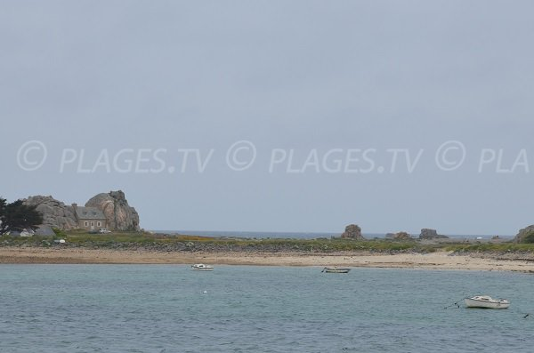 Photo de la plage du Gouffre avec vue sur la petite maison de Plougrescant