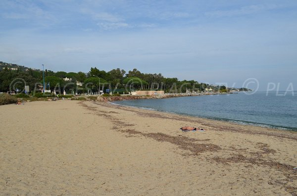 Plage de Guerrevieille à la sortie de Port Grimaud