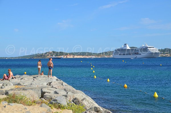 Navire de croisière dans la baie de St Tropez depuis la plage de Guerrevieille